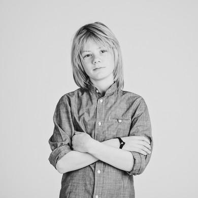 barnfoto med ungdomar i studio i svartvitt. Bilder som får föräldrar att minnas